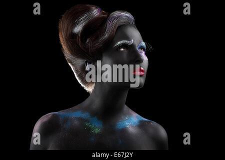 Fantasie. Kunstfertigkeit. Extravagante Frau mit kreativen futuristische Bodyart - Stockfoto