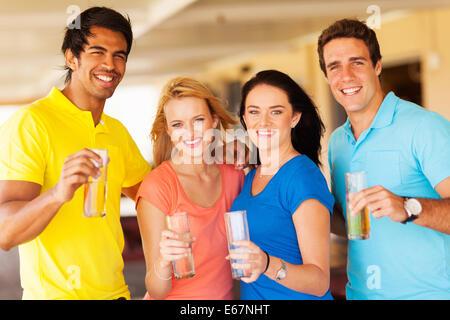 Gruppe von fröhlichen Menschen feiern in der Kneipe - Stockfoto