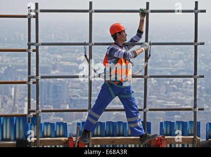 Moskau, Russland. 18. August 2014. Ein Bauarbeiter tragen Gerüst bei der Federation Tower Wolkenkratzer an der Moscow - Stockfoto