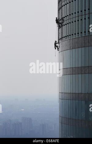 Moskau, Russland. 18. August 2014. Bauarbeiter Klettern der Federation Tower Wolkenkratzers an der Moscow International - Stockfoto