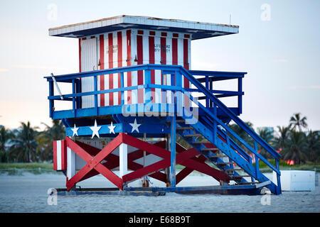 South Beach, Ocean Drive Miami in Florida USA, ein Rettungsschwimmer-Turm in weißen und blauen Sternen und Streifen - Stockfoto