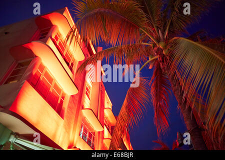 Art-Déco-Hotels und Restaurants Leuchten im Abendlicht am Ocean Drive in Miami, Florida USA - Stockfoto