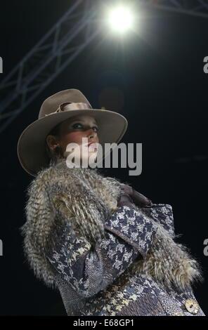 Moskau, Russland. 18. August 2014. Ein Modell zeigt Kreationen während der Modeschöpfer Vyacheslav Zaitsev Start - Stockfoto
