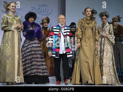 Moskau, Russland. 18. August 2014. Mode-Designer Vyacheslav Zaitsev (C) gesehen während seiner Modenschau im Rahmen - Stockfoto