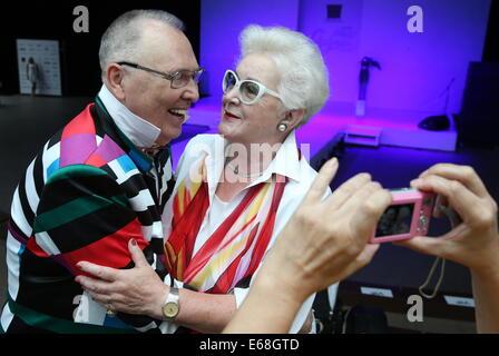 Moskau, Russland. 18. August 2014. Modedesignerin Vyacheslav Zaitsev und TV-Moderatorin Anna Shatilova an der 12. - Stockfoto