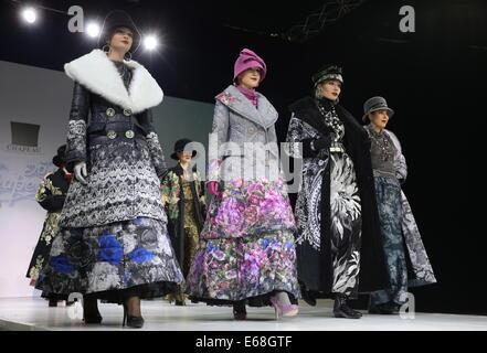 Moskau, Russland. 18. August 2014. Modelle zeigen Kreationen während der Modeschöpfer Vyacheslav Zaitsev Runway - Stockfoto