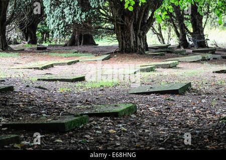 Mährische Kirche Friedhof mit Grabsteinen flach auf den Boden gelegt. - Stockfoto