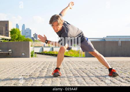 Kaukasischen Mann stretching im Stadtpark - Stockfoto