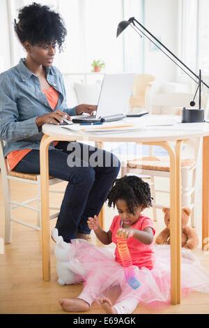 Mutter und Tochter im Wohnzimmer entspannen - Stockfoto
