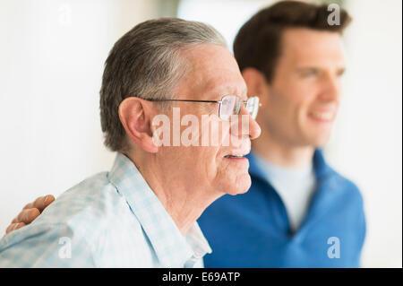 Kaukasische Vater und Sohn lächelnd - Stockfoto