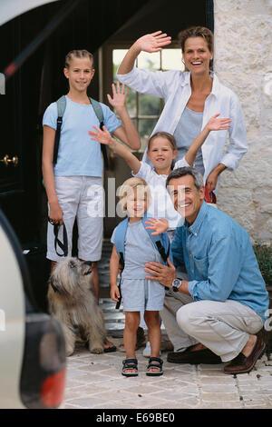 Kaukasische Familie winken von Tür - Stockfoto
