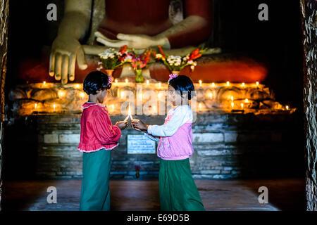 Asiatische Mädchen Kerzen im buddhistischen Tempel - Stockfoto