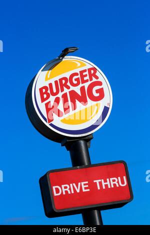 Standard-Sign für ein Fast Food-Kette Burger King und Fahrt durch restaurant - Stockfoto