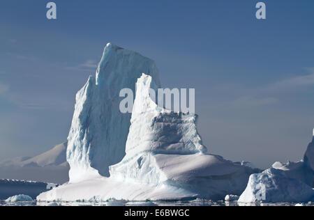 großen Eisbergs an einem sonnigen Sommertag in der Nähe von der antarktischen Halbinsel - Stockfoto