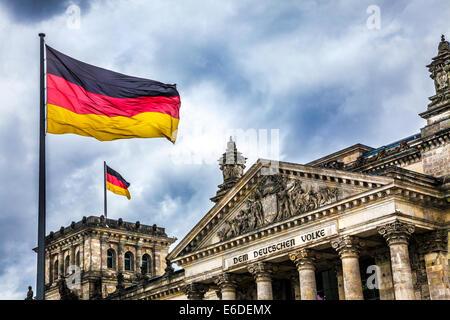 Gewitterwolken über dem Reichstag, Deutschen Bundestag in Berlin. - Stockfoto