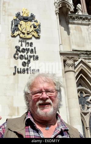 London, UK. 21. August 2014. Bill Oddie schließt sich Demonstranten vor dem High Court in London als der Dachs Trust - Stockfoto