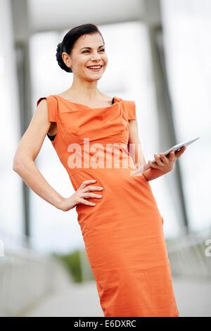 Geschäftsfrau, die mit dem iPad - Stockfoto