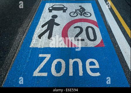 Verkehrsberuhigte Straße, Straßenmarkierungen, Wien, Österreich - Stockfoto