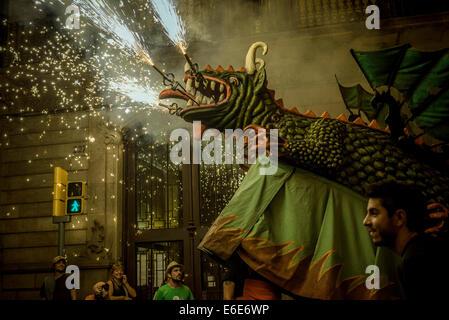 Barcelona, Spanien. 21. August 2014. Die Drac de Gracia (Drache von Gracia) setzt seine Feuerwerke unter der Menge - Stockfoto