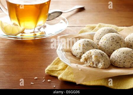 Zitrone Mohnöl Makronen und eine Tasse Tee machen ein Genuss am Nachmittag - Stockfoto