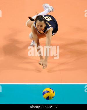 Tokio, Japan. 23. August 2014. Zeng Chunlei Chinas wetteifert um den Ball in das letzte Vorrundenspiel der FIVB - Stockfoto