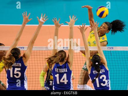 Tokio, Japan. 23. August 2014. Von Fernanda Rodrigues (R) Brasilien spikes den Ball in das letzte Vorrundenspiel - Stockfoto