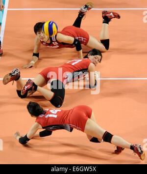 Tokio, Japan. 23. August 2014. Yukiko Ebata (unten) von Japan speichert den Ball in das letzte Vorrundenspiel gegen - Stockfoto