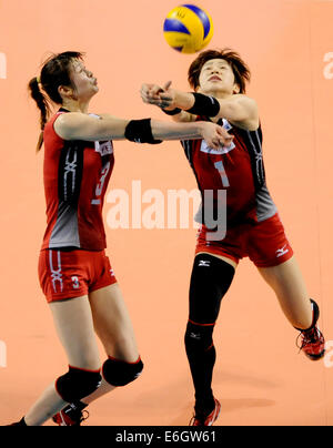 Tokio, Japan. 23. August 2014. Saori Kimura (L) und Miyu Nagaoka Japan retten den Ball in das letzte Vorrundenspiel - Stockfoto