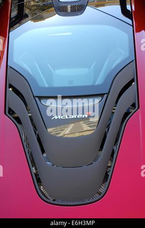 San Jose, Kalifornien - 23. August 2014 seltenes 2015 McLaren P1-Plug-in Hybridauto parkten außerhalb einer Gucci - Stockfoto