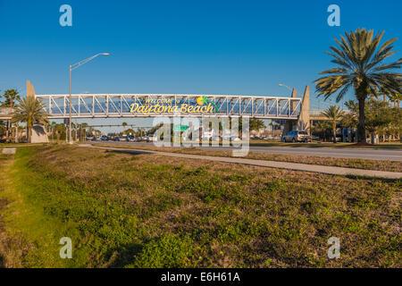 Zeichen auf Stahl Fußgängerbrücke begrüßt Besucher nach Daytona Beach, Florida - Stockfoto