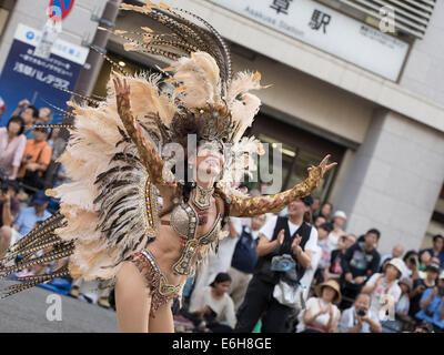 Tokio, Japan. 23. August 2014. Tanzen in den Straßen auf dem 33. Asakusa Samba Festival in Tokio, Japan. Samstag, - Stockfoto
