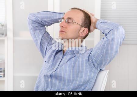 Geschäftsmann, Entspannung im Büro in der Zwischenzeit. Arbeit-Leben-Balance-Konzept. - Stockfoto