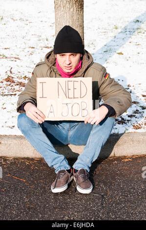 Obdachloser junger Mann auf der Suche nach einem job - Stockfoto