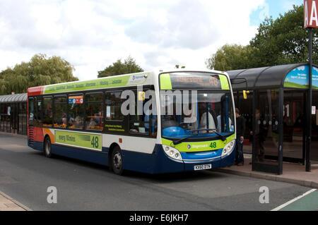 Postkutsche Nr. 48 Bus am Busbahnhof Nuneaton, Warwickshire, UK