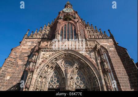 Eingang und Uhrturm der Frauenkirche, Nürnberg, Bayern, Deutschland - Stockfoto
