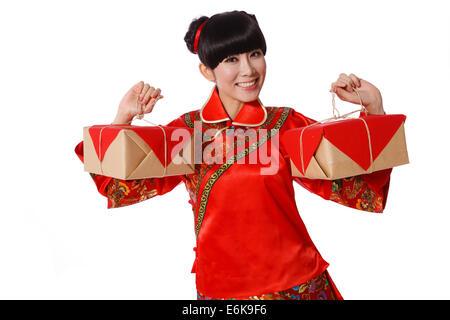 Junge Frau, gekleidet in chinesische traditionelle Kleidung mit zwei verpackte Kisten an Chinese New Year - Stockfoto