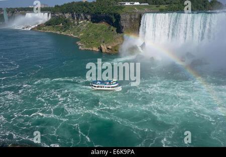 """Mädchen des Nebels"" Touristenboot nähert Niagarafälle (Hufeisenfälle) wie es entlang des Niagara-Flusses im Sommer - Stockfoto"