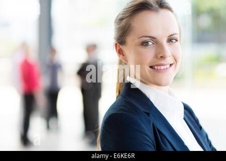 hübsche junge Geschäftsfrau im modernen Büro Stockfoto
