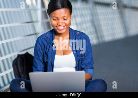 attraktive junge afrikanische College-Mädchen mit Laptop-computer - Stockfoto