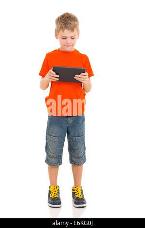 kleiner Junge mit Tablettcomputer isoliert auf weiss - Stockfoto