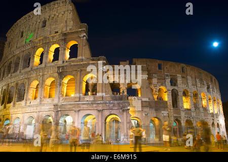 Berühmte Kolosseum in Rom bei Nacht. Italien. Langzeitbelichtung - Stockfoto