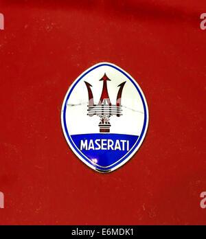 Maserati Emblem auf einem Rennwagen im Museo Enzo Ferrari in Modena, Italien - Stockfoto