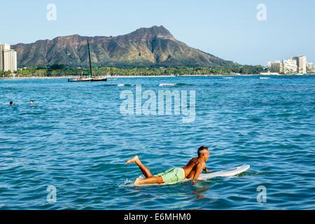 Waikiki Beach Honolulu Hawaii Hawaii Oahu Pazifik Waikiki Bucht Diamond Head Krater erloschener Vulkan Berg Mann - Stockfoto