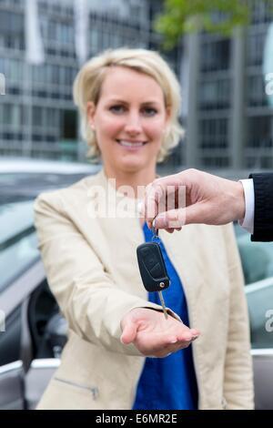 Carsharing-Frau bekommen Autoschlüssel - Stockfoto