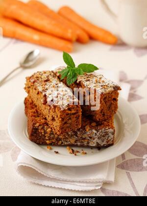 Karotten Kuchen mit Nüssen. Rezept zur Verfügung. - Stockfoto
