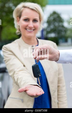 Carsharing-Auto-zentrale Frau glücklich - Stockfoto