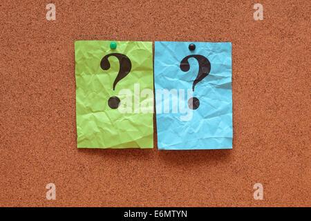 Bunte gerillter Notizen mit Fragezeichen auf Pinnwand (Bulletin Board). - Stockfoto