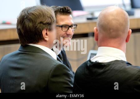 Der Angeklagte Geschäftsmann Christian H. (L) sitzt zwischen seinen Anwälten Michael Hakner (C) und Martin Buecher - Stockfoto