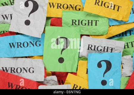 Farbiges Papier Notizen mit Worten 'Falsch', 'Richtige' und Fragezeichen zerknittert. - Stockfoto