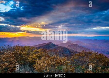 Blue Ridge Mountains in North Georgia, USA in der Herbstsaison bei Sonnenuntergang. - Stockfoto